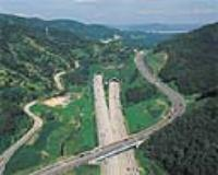 국내 최초의 광폭4차로 터널인 청계터널 입구 구간