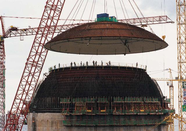 원자로 건물의 돔 상부 내부철판 설치