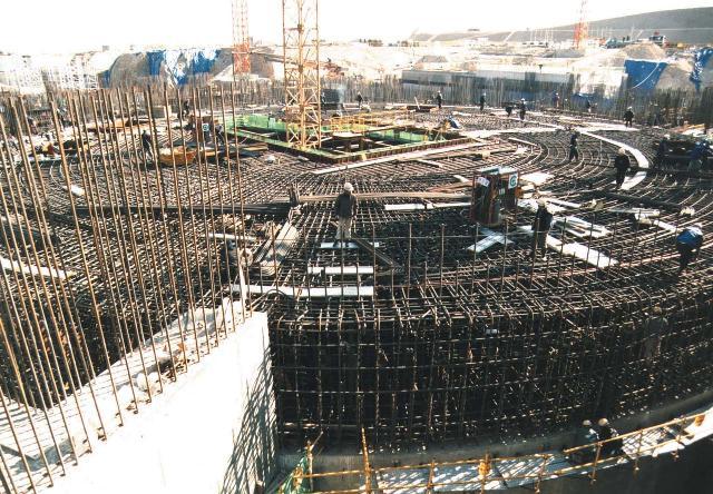 원자로 건물 기초의 철근 조립장면